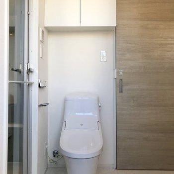 トイレの上にも収納がありますよ。