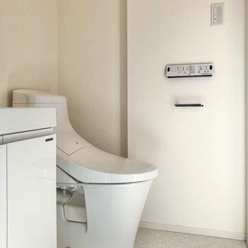 トイレは嬉しい温水洗浄付き。