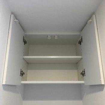 洗濯機置場の上には収納があるので、洗剤などをしまいましょう。