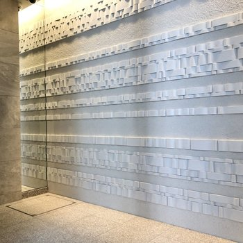 印象的な1階のエントランスの壁。
