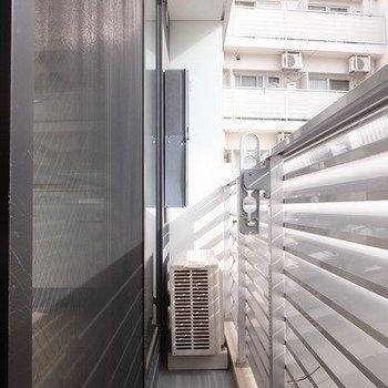 細めのバルコニー。でも日当たりはいいですよ!※写真は2階の同間取り別部屋のものです