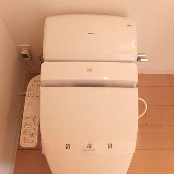トイレは洗面台と同スペースに。※写真は2階の同間取り別部屋のものです