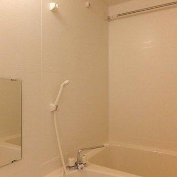 お風呂は普通ですが浴室乾燥機付きです。※写真は2階の同間取り別部屋のものです