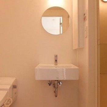 まるい鏡がかわいらしい。※写真は2階の同間取り別部屋のものです