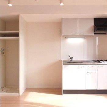 キッチン横に洗濯機置き場があります◎※写真は2階の同間取り別部屋のものです