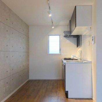 キッチン近くには小窓があるので、換気もラクラク。(※写真は清掃前のものです)