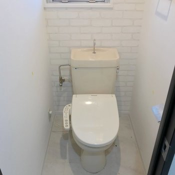トイレはウォシュレットに窓付き。快適です。(※写真は清掃前のものです)