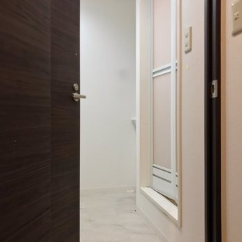 内側の扉の中はトイレ。ゆったりしています。(※写真は清掃前のものです)