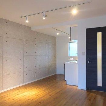 ダウンライトが雰囲気たっぷり。ゆったりしているのでお部屋作りも楽しめそうです。(※写真は清掃前のものです)
