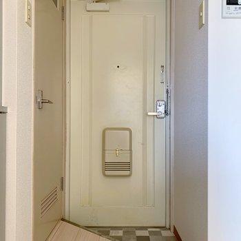 玄関は少々コンパクトだけど、靴をその都度しまえば問題ないかな。