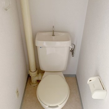 トイレは普通の広さ。上に小さめの棚がついていましたよ〜