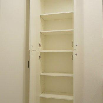 横にはちょっとしたもの入れ。気遣いに◎。※写真は、同じタイプの1303号室。