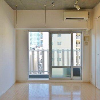 コンクリート打ちっぱなしの天井。※写真は、同じタイプの1303号室。