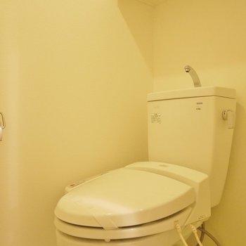さすがに赤のトイレは落ち着かない。無難に白で。※写真は、同じタイプの1303号室。