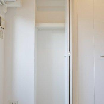 横にも小さめの収納スペース。※写真は、同じタイプの1303号室。