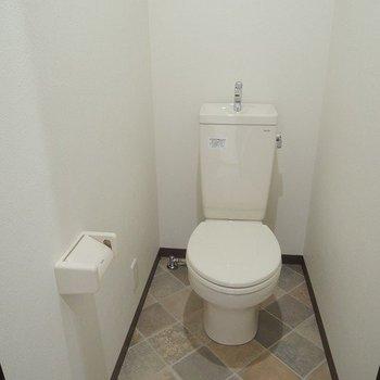 トイレの床もクロスが。
