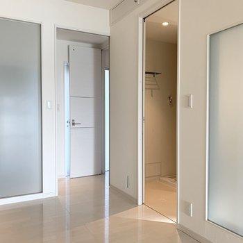 水廻りは洋室からアクセス、トイレは玄関スペースからアクセスです。