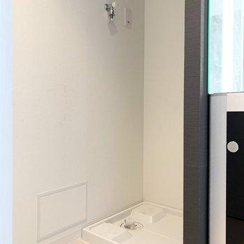 洗濯機置場は洗面台のお隣に。