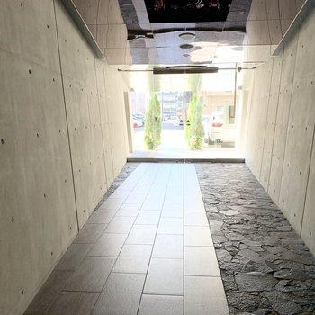 エントランスもコンクリートでかっこよく。壁も天井もナナメで空間を統一。
