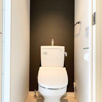 おトイレもシックな空間。スリット窓から光が入ります。