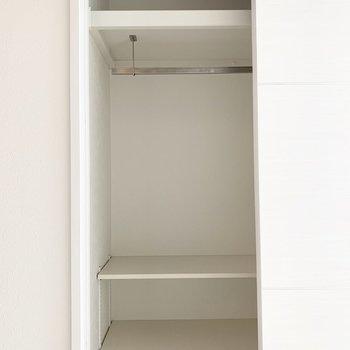 ハンガーパイプもなんだかかっこいい。下の棚は可動式です。