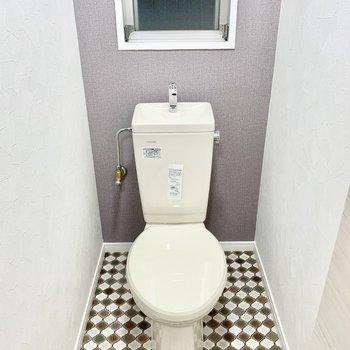 トイレは小窓付き。換気もしっかりできます。