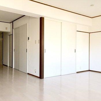 引き戸を閉じると、和室はすっかり見えなくなります。