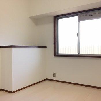 洋室は共用部に面してすりガラスの窓があります。