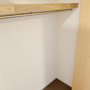 廊下の収納には棚も!ポールもあって、使い勝手は◎