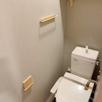 トイレにはペーパーホルダー、タオルハンバー等を盛り込みました!