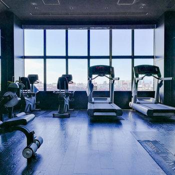 フィットネスルームで運動習慣を。シャワーもスパもありますよ。