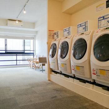乾燥機付きのコインランドリーもあるので、洗濯物を持ち帰る必要はありません。