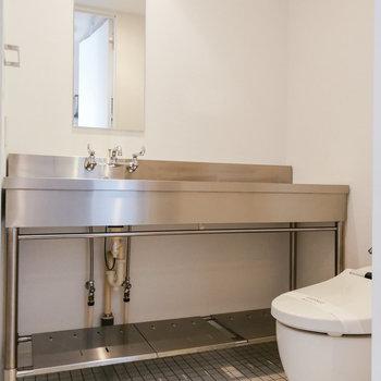 洗面台とトイレが並ぶ脱衣スペースもあります。