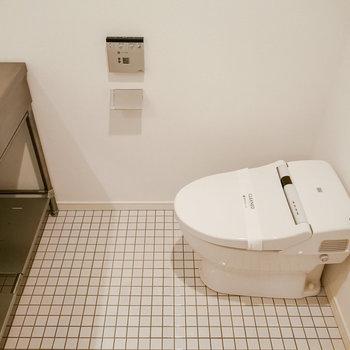 トイレはタンクレスですっきりと。