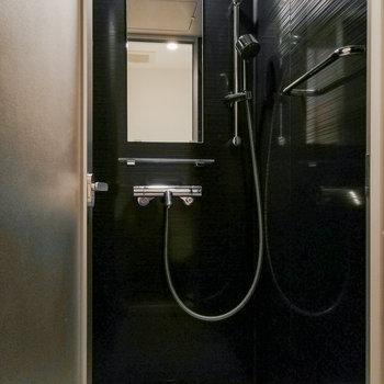 黒が印象的なシャワールームも備えられています。