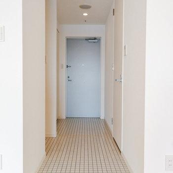 廊下はタイル張りで、水回りとともに掃除できます。