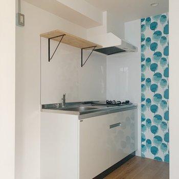 冷蔵庫は手前に置きましょう。かわいらしい棚にときめきます…!