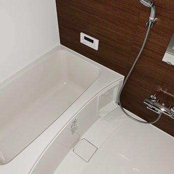 奥にはお風呂があります。追い焚きと浴室乾燥機能が付いているのが嬉しい◎(※写真はフラッシュ撮影をしています)