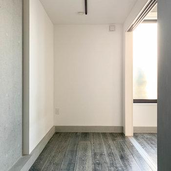 【洋室】お隣のお部屋は、寝室にちょうど良さそうなサイズ。※写真は前回募集時のものです