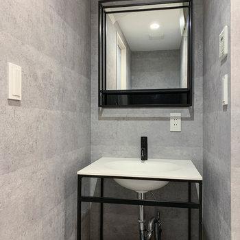 脱衣所にはスタイリッシュな洗面台が。※写真は前回募集時のものです