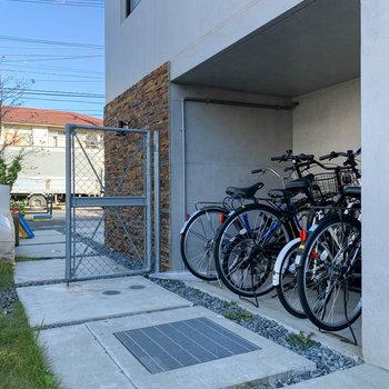 小脇に駐輪スペースがあります。