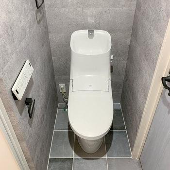 洗面台の向かいには、トイレがあります。※写真は前回募集時のものです