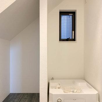 廊下の片側に、洗濯機置き場とちょっとした収納スペースが。※写真は前回募集時のものです