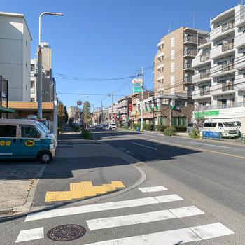 お部屋の前の通り沿いには、コンビニやファミレス、郵便局や宅配の営業所がありました。