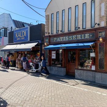 輸入食品のお店やスイーツ店などもありました。