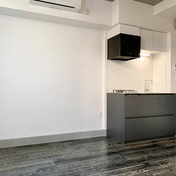 【DK】キッチンの左側にテーブルとかかな。テレビのアンテナ線もありました。※写真は前回募集時のものです
