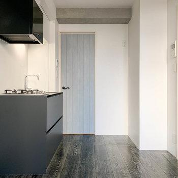 【DK】リビング、窓側から見ると。奥のブルーの扉が廊下へ繋がります。※写真は前回募集時のものです