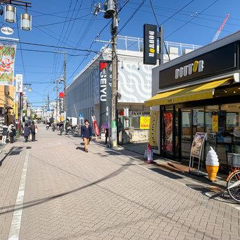 お部屋とは逆方向に進むと、他にもスーパーが複数店舗。