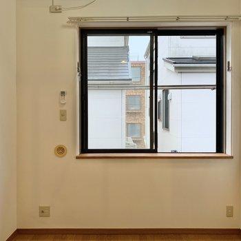 大きな窓が付いているので圧迫感も感じません。