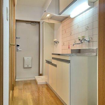 キッチン周り、玄関もゆったりとしています。